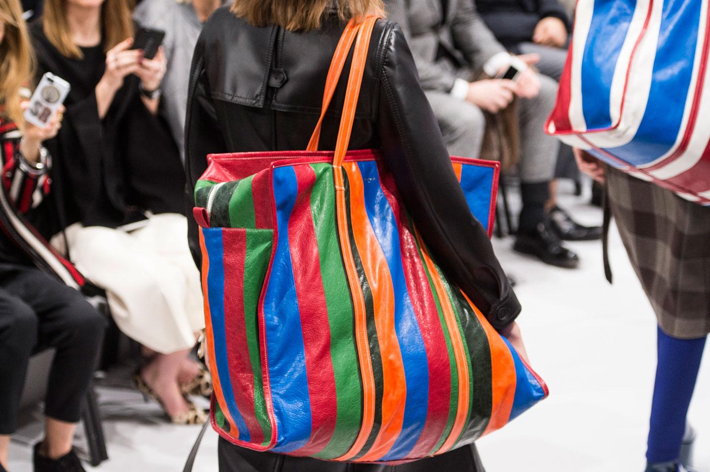 5176f3301687 Базарные сумки снова в моде: в сети высмеяли коллекцию известного бренда