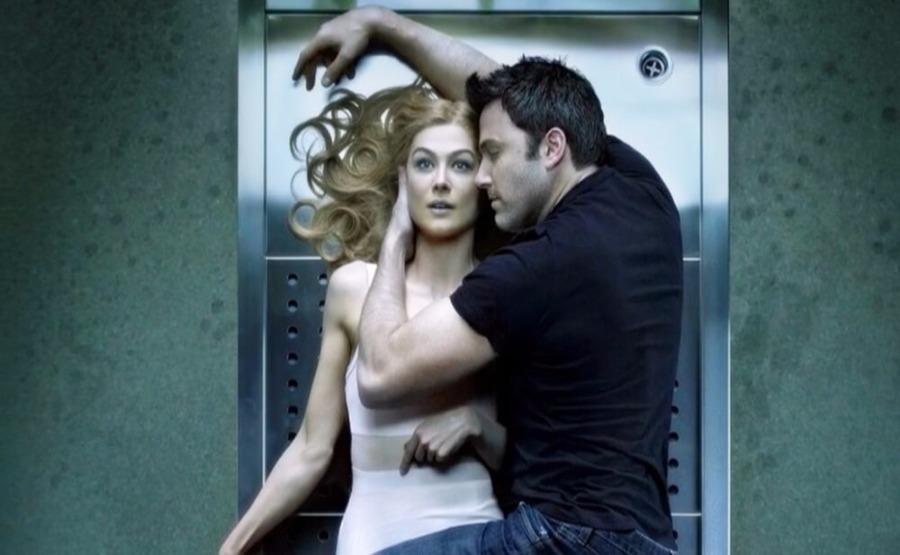 Видео женщина раздевается перед мужчинами заниматься с ней любовью
